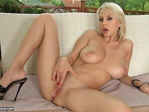 Sexual blonde Mandi Dee stimulating sopping twat