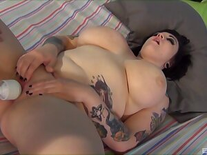 Chubby slut Ashden Wells enjoys having passionate poof threesome