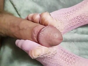 Kinky chick loves persiflage a man by jerking him abduct their way feet