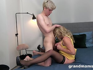 Natural Bristols MILF spreads her legs be required of a younger suitor down fuck her